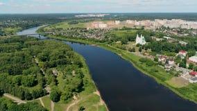 Le Belarus, paysage urbain de Polotsk : Rivière de Dvina et cathédrale de saint Sophia banque de vidéos