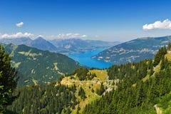Le belle alpi idilliache abbelliscono con il lago e le montagne di estate Fotografia Stock