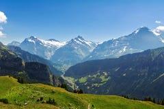 Le belle alpi idilliache abbelliscono con le montagne di estate Immagini Stock Libere da Diritti