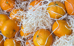 Le belle arance su un contatore, fondo della frutta fotografie stock