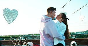 Le belle coppie felici stanno divertendo mentre ridevano e prendendo i selfies tramite telefono cellulare sul tetto decorato archivi video
