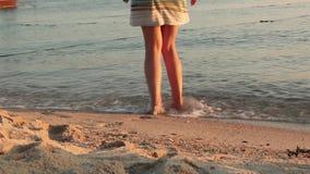 Le belle donne bagna i suoi piedi nel rinfresco dell'oceano pulito video d archivio