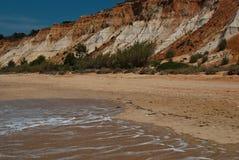 Le belle donne hanno scolpito dal vento nel sud della Spagna nella costa oceanica Immagini Stock