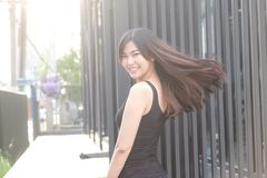 Le belle donne passano rapidamente i capelli lunghi sani mentre luce del tramonto fotografie stock libere da diritti