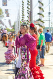 Le belle donne si sono vestite in costumi tradizionali al ` la s April Fair di Siviglia Fotografia Stock