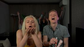 Le belle giovani coppie si divertono ai coriandoli dei fischi del partito del colpo del partito archivi video