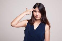 Le belle giovani dita asiatiche della tenuta della donna in pistola gesture fotografia stock libera da diritti