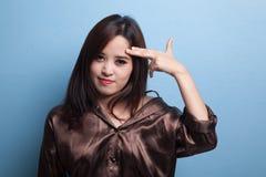 Le belle giovani dita asiatiche della tenuta della donna in pistola gesture immagine stock libera da diritti