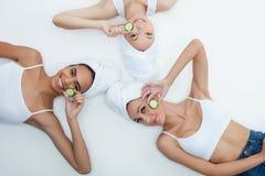 Le belle giovani donne sono preoccuparsi del corpo fotografia stock libera da diritti