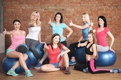Le belle giovani donne stanno andando per gli sport Fotografia Stock Libera da Diritti