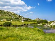Le belle montagne tipiche di Rila abbelliscono di estate, le montagne di Rila, Bulgaria Fotografie Stock Libere da Diritti