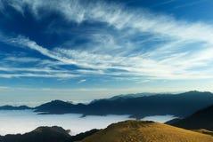 Le belle nubi volano Fotografia Stock