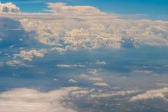 Le belle nuvole nel cielo sono qualcosa che sia sulla terra, ma bello come cielo fotografia stock