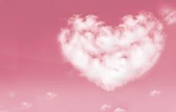 Le belle nuvole nel cuore modellano sul cielo rosa Amore e biglietto di S. Valentino Fotografie Stock