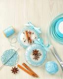 Le belle palle bianche di Natale decorate con un blu hanno tricottato il modello su fondo di legno, cima con lo spazio della copi Immagine Stock