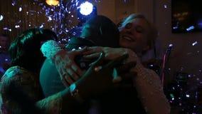 Le belle persone appena sposate e madre multiraced felici dello sposo stanno abbracciando tenero La coppia felice sta baciando Co archivi video