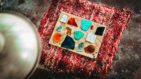 Le belle pietre di marmo usate per sviluppare i pezzi della mobilia e la decorazione hanno fatto a mano immagini stock