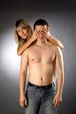 Le belle ragazze copre gli occhi dell'uomo nudo mezzo Fotografia Stock Libera da Diritti