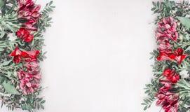 Le belle rose fresche del cespuglio hanno allineato con la struttura su un fondo di legno rustico bianco, spazio per testo, vista Immagine Stock