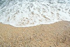 Le sabbie tirano ed onde delle acque blu cristalline Immagine Stock