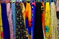 Le belle sciarpe variopinte che appendono in accessori di modo comperano Fotografie Stock Libere da Diritti