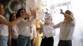 Le belle sei donne su un addio al nubilato stanno andando in giro insieme Ballando e divertiresi con i baloons Tutti in identico stock footage