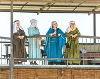 Le belle signore stanno sul balcone al festival del cavaliere e guardano le lotte nel parco di Goren in Israele Fotografia Stock Libera da Diritti