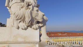 Le belle statue sulla cima di Augusta Street Arch a Lisbona archivi video