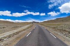 Le belle strade conduce spesso alle belle destinazioni immagine stock libera da diritti