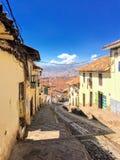 Le belle vie di Cusco, Perù sono fatte da ciottolo e sono ornate con le porte preziose e antiche fotografia stock
