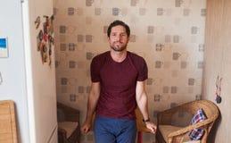 Le benägenhet för ung man på hans köksbord hemma royaltyfri fotografi