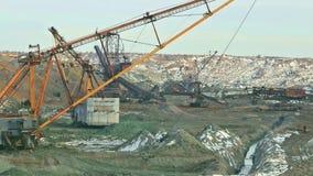 Le benne trascinate hanno caricato il minerale metallifero del manganese video d archivio