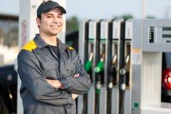 Le bensinstationarbetaren på arbete Royaltyfria Foton