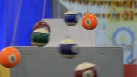 Le berceau de Newton montrant des lois de la physique dans le mouvement Musée du pendule de la Science et de newton banque de vidéos