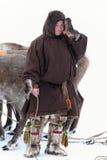Le berger de renne de Nenets en fourrure traditionnelle vêtx couvrir le f Image stock