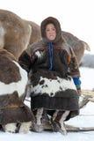 Le berger de renne de Nenets de garçon s'assied sur un traîneau Image libre de droits