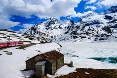 Le Bernina exprès parmi la neige, les nuages et les montagnes images stock