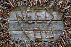 Le besoin d'inscription vous avec les bâtons en bois sur le fond en bois Image libre de droits