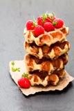 Le beurre belge de classiques continentaux waffles avec des framboises dessus Photographie stock