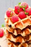 Le beurre belge de classiques continentaux waffles avec des framboises dessus Photos stock