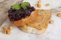 Le beurre et la framboise d'arachide gèlent le sandwich sur le fond blanc Petit déjeuner ou casse-croûte doux Fin vers le haut photos libres de droits