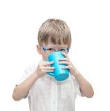 Le bevande d'uso degli occhiali del ragazzo di cinque anni Immagini Stock Libere da Diritti