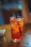 Le bevande tradizionali di rinfresco sulla tavola di legno Aperol Spritz e acqua frizzante immagini stock