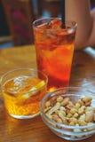Le bevande tradizionali di rinfresco sulla tavola di legno Aperol Spritz e acqua frizzante fotografia stock