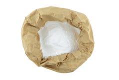 Le bicarbonate de soude contient dedans dans le sac de papier brun, fond d'isolat image stock