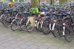 Le bici degli studenti sono parcheggiate nel centro urbano di Utrecht, Paesi Bassi Fotografia Stock