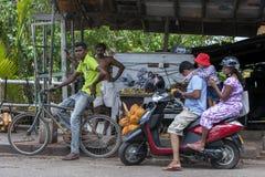 Le bici di spinta e le bici del motore sono le forme più comuni di trasporto vedute nello Sri Lanka immagini stock libere da diritti
