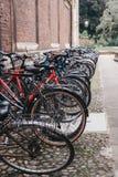 Le bici hanno parcheggiato sulla via a Cambridge, Regno Unito Fotografia Stock Libera da Diritti