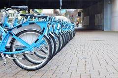 """Le bici locative temporanee blu dall'associazione tedesca del trasporto della regione del Reno-Neckar hanno chiamato """"Nextbike """"i immagini stock libere da diritti"""