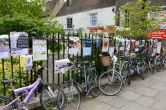 Le biciclette bloccate su lungo recintano Cambridge Immagini Stock